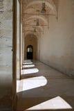 Vecchio corridoio della costruzione del marmo e della pietra in Italia del sud immagine stock