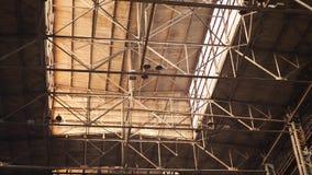 Vecchio corridoio industriale con i fasci del metallo nell'ambito del soffitto archivi video