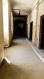 Vecchio corridoio spaventoso in casa abbandonata immagine stock libera da diritti