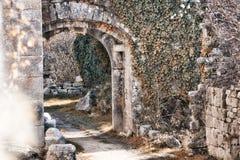 Vecchio cortile del castello con gli arché di pietra Fotografie Stock Libere da Diritti