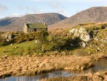 Vecchio cottage ad un'insenatura in Irlanda Immagini Stock Libere da Diritti