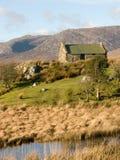Vecchio cottage ad un'insenatura in Irlanda fotografia stock