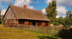 Vecchio cottage alla moda in campagna polacca Fotografia Stock