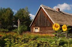 Vecchio cottage alla moda in villaggio polacco Immagine Stock