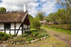 Vecchio cottage.  Cottage molto vecchio in Svezia, erba sul tetto. Fotografie Stock Libere da Diritti