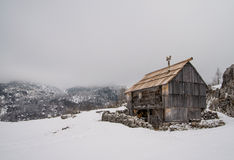 Vecchio cottage dei mandriani sul prato Ovcarija Immagine Stock