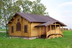 Vecchio cottage di legno alla moda immagine stock