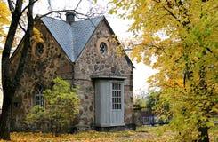 Vecchio cottage di pietra nel legno Fotografie Stock