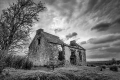 Vecchio cottage di pietra in rovine fotografia stock