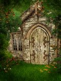 Vecchio cottage fra gli alberi royalty illustrazione gratis