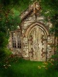 Vecchio cottage fra gli alberi Fotografie Stock