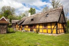 Vecchio cottage giallo.  Cottage molto vecchio in svezia,  Fotografie Stock