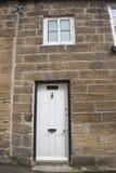 Vecchio cottage inglese del paese in un villaggio Immagini Stock Libere da Diritti