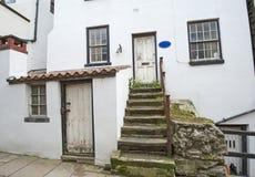 Vecchio cottage inglese del paese in villaggio Immagine Stock Libera da Diritti