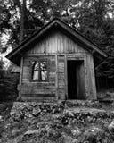 Vecchio cottage nella foresta fotografie stock