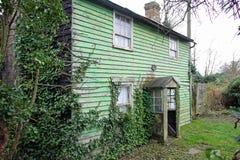 Vecchio cottage sinistro del paese Immagini Stock Libere da Diritti