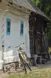 Vecchio cottage in Ucraina, in un'abetaia Fotografia Stock