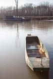 Vecchio crogiolo di metallo dei fishermans sul fiume Fotografie Stock