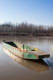 Vecchio crogiolo di metallo dei fishermans sul fiume Fotografia Stock