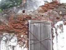 Vecchio danno del brickwall e finestra sporca e vecchia immagine stock libera da diritti