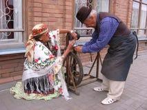 Vecchio della donna e dell'uomo vestito negli attori d'annata degli artigiani dei costumi fotografia stock libera da diritti