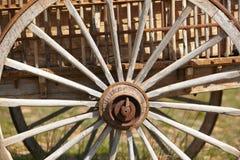 Vecchio dettaglio arrugginito della ruota del carretto con fondo verde Fotografie Stock Libere da Diritti
