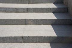 Vecchio dettaglio concreto della scala alla luce ed all'ombra di zigzag immagine stock libera da diritti