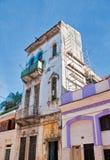 Vecchio dettaglio della costruzione di sbriciolatura di Avana Fotografia Stock
