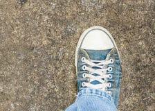 Vecchio dettaglio della scarpa di vista superiore Immagini Stock