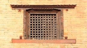 Vecchio dettaglio nepalese tradizionale di legno della finestra nepal Immagini Stock