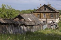 Vecchio di legno alloggia, nella città di Myškin, la Russia Immagine Stock