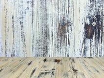 Vecchio dipinto ha lavato la tavola sui precedenti di legno bianchi confusi della parete, tavola di legno di legno di quercia fotografie stock libere da diritti