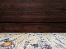 Vecchio dipinto ha lavato la tavola sui precedenti di legno marroni confusi della parete, tavola di legno di legno di quercia fotografia stock