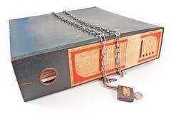 Vecchio dispositivo di piegatura dell'ufficio con il lucchetto e la catena sbloccati Fotografia Stock