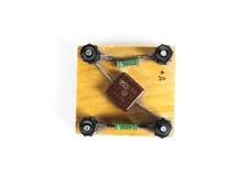 Vecchio dispositivo per il collegamento una resistenza e del condensatore per le lezioni di fisica isolati su fondo bianco Fotografie Stock