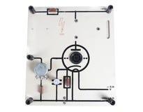 Vecchio dispositivo per il collegamento una resistenza e del condensatore per le lezioni di fisica isolati su fondo bianco Fotografia Stock Libera da Diritti