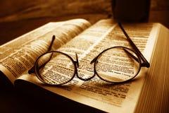 Vecchio dizionario con i vetri dell'uomo anziano Fotografie Stock Libere da Diritti