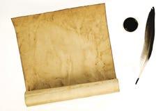 Vecchio documento con una piuma e un inchiostro Fotografia Stock