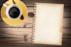 Vecchio documento di nota sulla tabella con un cub di caffè immagine stock