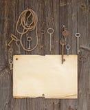 Vecchio documento e tasti fotografia stock libera da diritti