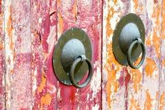 Vecchio doorknock orientale stagionato immagine stock