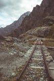Vecchio e binario ferroviario nocivo utilizzato nelle alpi italiane per la costruzione della diga di elevata altitudine, il trasp Fotografia Stock