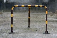 Vecchio e dispositivo primitivo arrugginito di nessun parcheggio Fotografia Stock