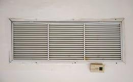 Vecchio e fan sporco del foro di sfiato della presa d'aria con telecomando sul sistema di ventilazione in costruzione del soffitt fotografia stock libera da diritti