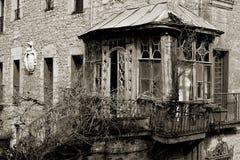Vecchio e gazebo di legno dilapidato con il balcone Bergara Fotografia Stock Libera da Diritti