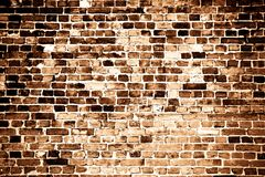 Vecchio e muro di mattoni rosso grungy stagionato come fondo di struttura nel tono di seppia con una certa vignettatura Fotografia Stock Libera da Diritti