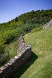 Vecchio e muro di sostegno di sbriciolatura vicino al castello di Urquhart fotografia stock