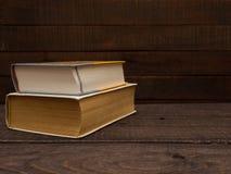 Vecchio e nuovi libri trovi su una tavola di legno fotografie stock