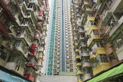 Vecchio e nuovo edificio residenziale nella città di Hong Kong fotografia stock