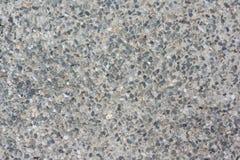 Vecchio e pavimento stagionato del marciapiede fatto delle ghiaie di bianco, di Gray e di Rusty Colors immagini stock
